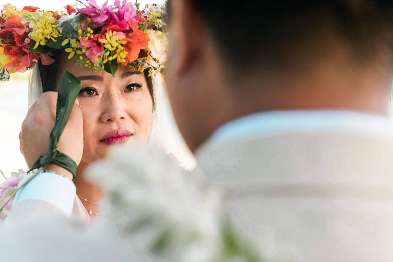 Un mariée pleure durant une cérémonie à Bora Bora