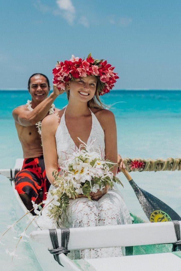 Mariée arrivant en canoe traditionnelle pour son mariage au Conrad Bora Bora