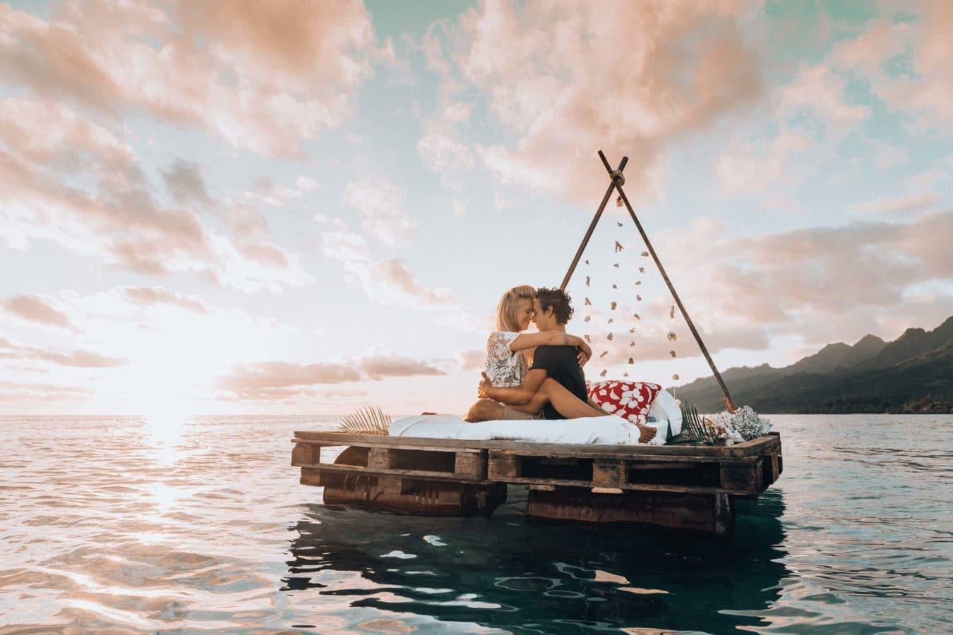 un lit sur le lagon