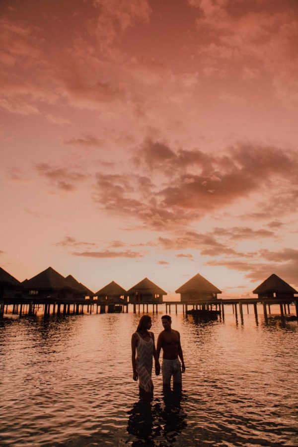 Couple photo shoot on the beach of the hotel Le Méridien Tahiti at sunset
