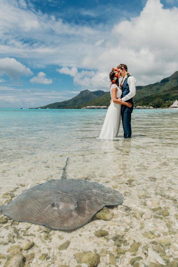 Honeymoon photoshoot in the lagoon, moorea