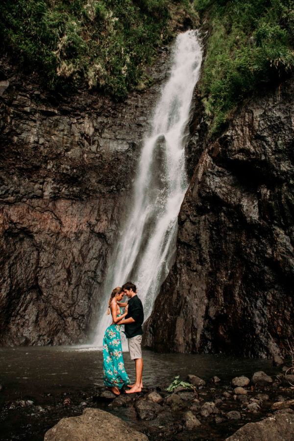 Photos de couple dans la foret tropicale de Tahiti - MG Photographe tahiti