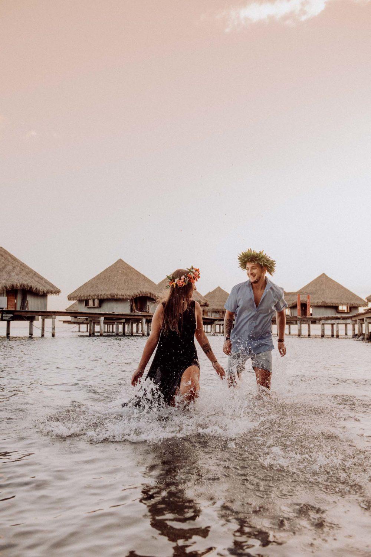 Fun couple photoshoot in Tahiti