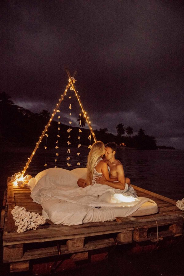 Un lit sur le lagon photoshoot couple moorea